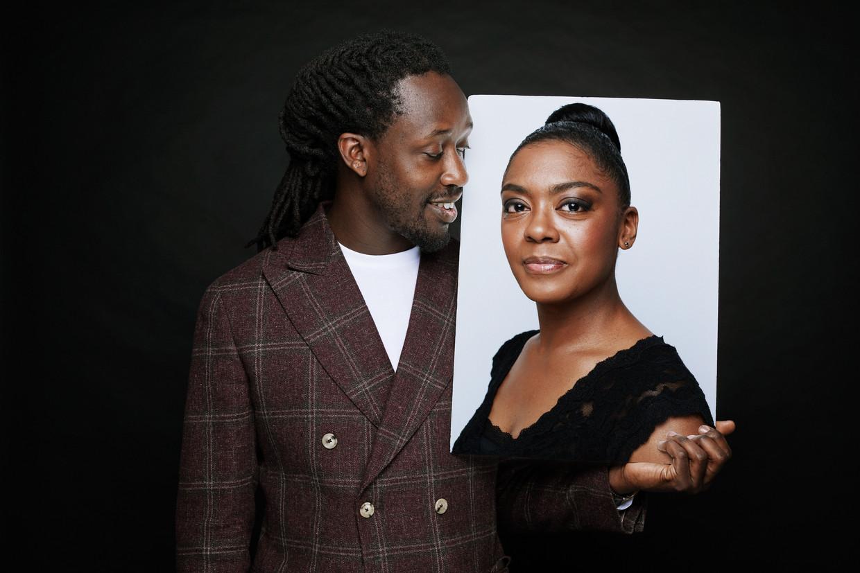 Rapper en schrijver Akwasi met een foto van advocaat Natacha Harlequin. Beeld Manon van der Zwaal
