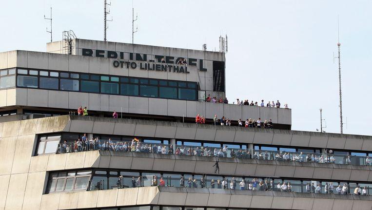 Voetbalfans wachten op de terugkeer van het Duitse elftal uit Brazilië, op vliegveld Tegel. Beeld anp