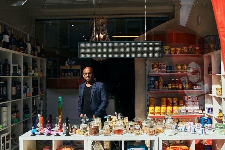 Peter Dechosta in zijn winkel in Heist-op-den-Berg. 'Op premies kunnen Indiërs niet rekenen, ze moeten wel uit werken.' Beeld Thomas Nolf