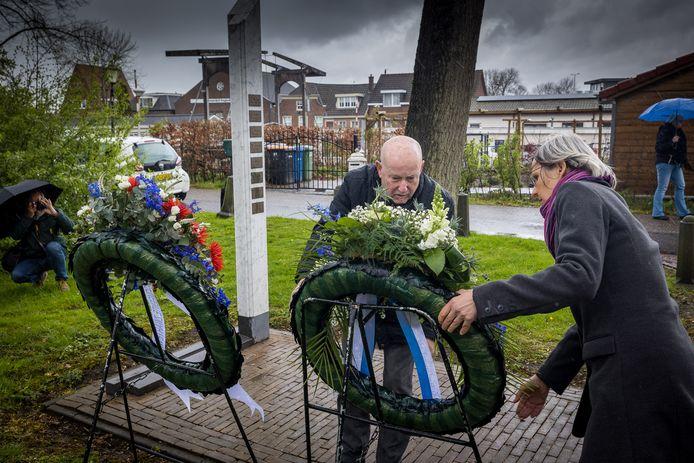 Nadat op de Joodse begraafplaats een krans was gelegd door burgemeester Eddy Bilder, deden Mae Voors (rechts) en Roel Kleine dit namens Stichting Herdenking Joods Leven Zwartewaterland.