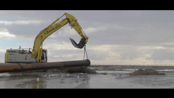 De ophoging van de Roggenplaat, twee jaar geleden, gebeurde nog met pijpleidingen en zand. Bij de verhogingen eind dit jaar wordt baggerslib gebruikt.