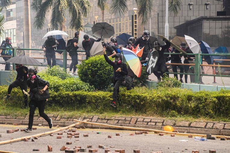 Betogers proberen de campus te ontvluchten. Beeld AFP