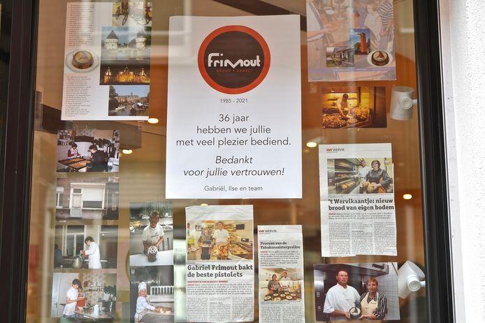 Aan de etalage  hangt het vol foto's, krantenknipsels en een affiche om de klanten te bedanken