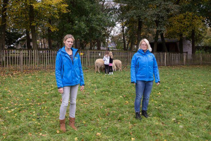 Rebecca Middelman (l) en Simone van Dongen op kinderboerderij De Veenweide.