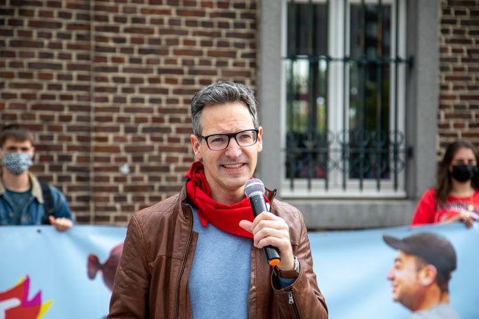 Voorzitter Kim De Witte van PVDA Limburg nam zaterdag het woord op het Kolonel Dusartplein in Hasselt.