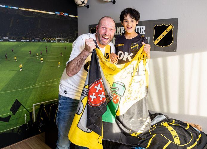 Maarten Akkermans en zijn zoon zijn fanatieke NAC-supporters.