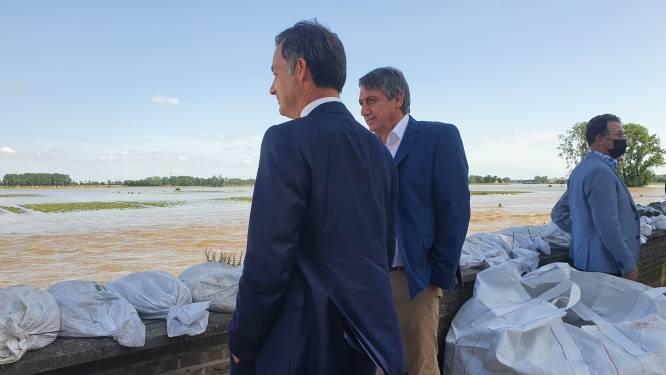 """""""Ze zijn hier door het oog van de naald gekropen"""": premier De Croo onder de indruk aan de Maas"""