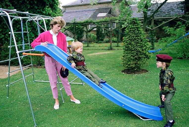 Diana speelt samen met haar zoons in de tuin. Beeld Tim Graham Photo Library via Get
