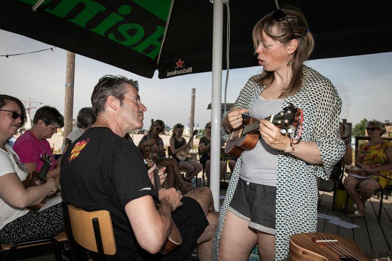 Op het terras van Bij Storm op Zeeburgereiland wordt een ukelele workshop gegeven door Jessamijn Alberts van Uked. Het is mogelijk om in 2 uur tijd op een ukelele te leren spelen.  Beeld Dingena Mol