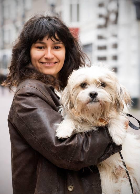 Ashley Johannes en haar hond Pinda.