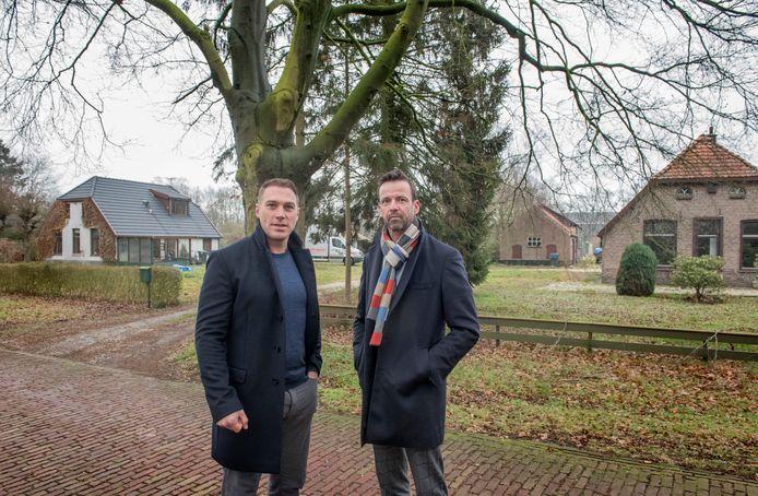 Mark Lorist (l) en Martijn Koppert op de plek waar nu het Food- en Leisurepark in Harderwijk ligt.