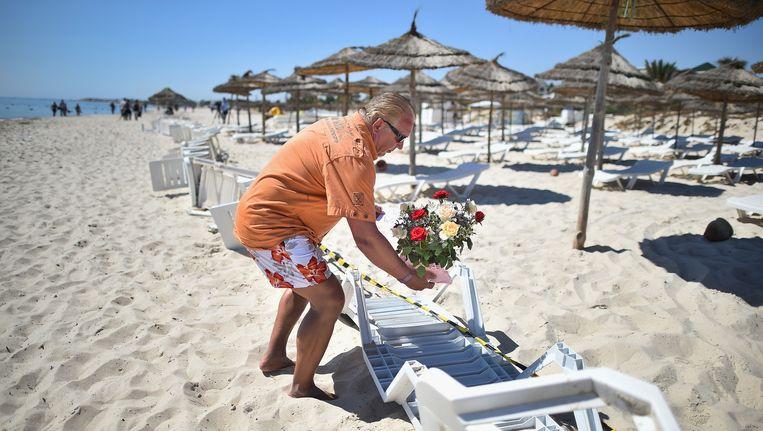 Een toerist legt bloemen op de plek waar gisteren de aanslag werd gepleegd. Beeld getty