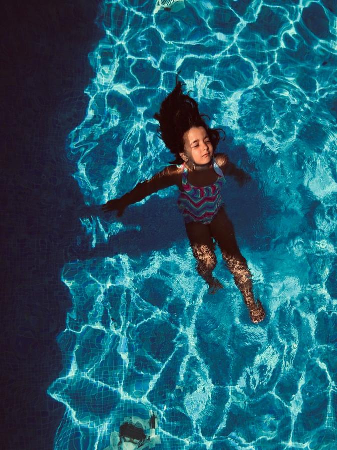 Na slechts 1 dag in Spanje kon deze kleine waterrat al zonder bandjes zwemmen en voelde ze zich helemaal zen in het water.