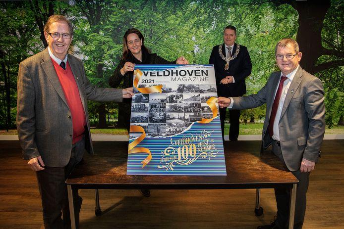 Peter Smetsers (vooraan links), wethouder Hans van de Looij (vooraan rechts) en Marieke Verbeek en burgemeester Marcel Delhez bij de speciale cover van Veldhoven Magazine.