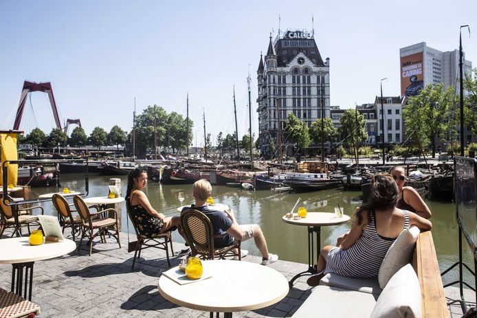 Gasten op een terras in Rotterdam tijdens mooi weer.