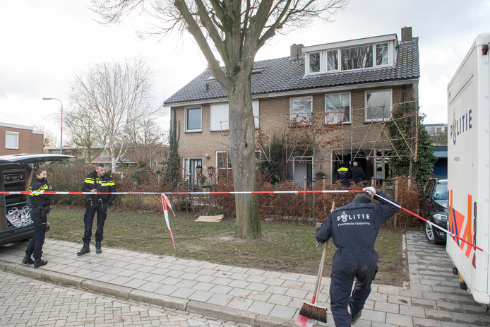 Forensische onderzoek in de Burgemeester Van Altenastraat waar een aanslag met brandbommen werd gepleegd.