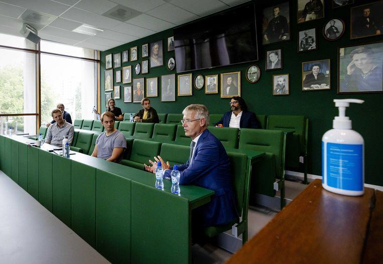 In een brandbrief aan onderwijsminister Arie Slob (rechts vooraan) schrijven de wethouders zich specifiek zorgen te maken om jongeren uit armere milieus. Beeld ANP