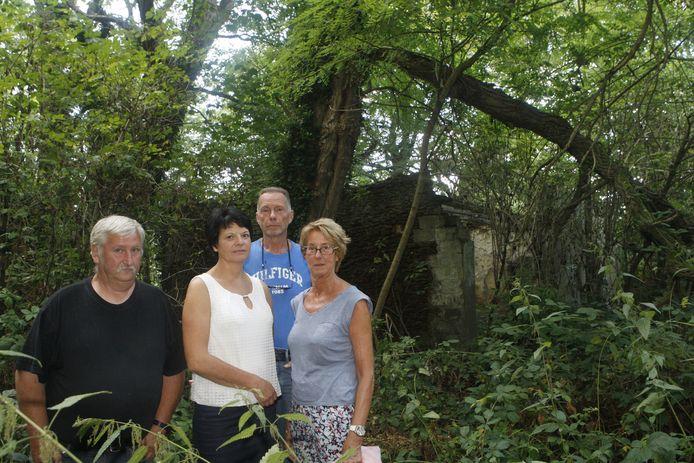 Karel Cortebeek (tweede van rechts) met enkele andere buurtbewoners in het bos bij de ruïne waar het immobiliënkantoor op aast.