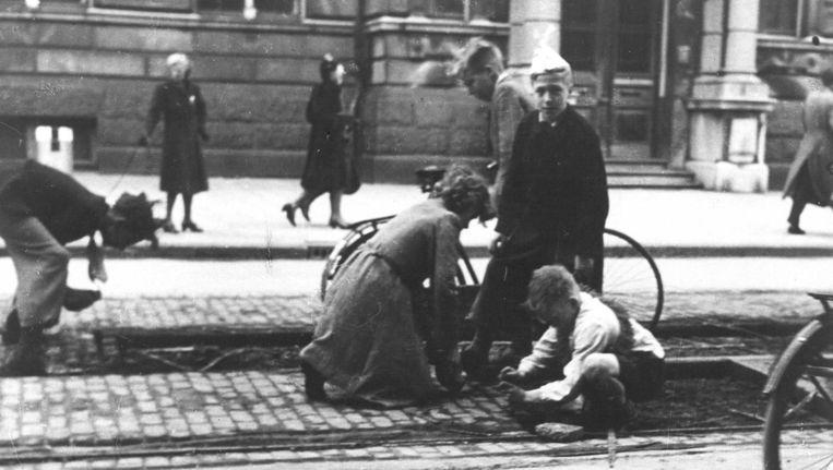 Hongerwinter 1944/1945: aan alles is gebrek. Er is nauwelijks voedsel meer en de mensen lijden kou door brandstofschaarste. Beeld anp