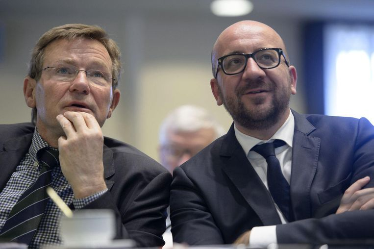 Minister van Financiën Johan Van Overtveldt (N-VA)en premier Charles Michel (MR). Beeld belga