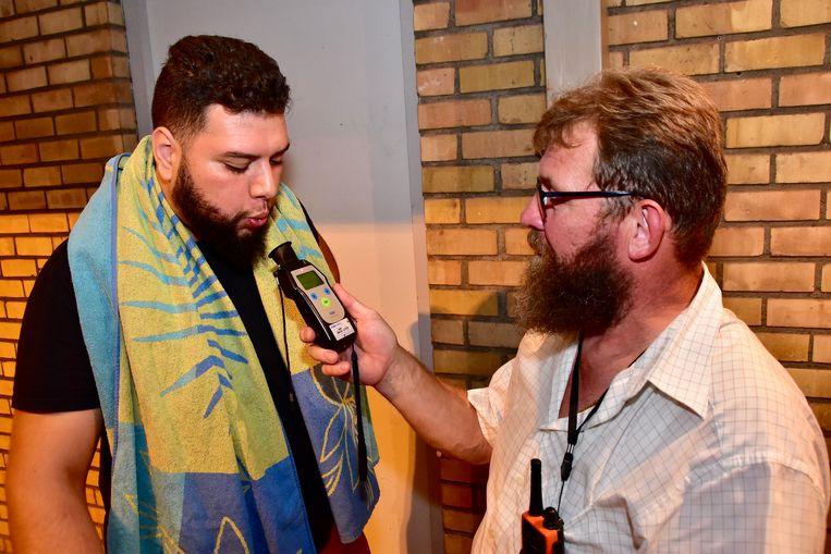"""Moussa uit Waregem legde een negatieve ademtest af. """"Niet moeilijk, want ik drink nooit"""", zegt de man."""