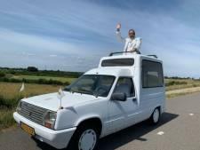 Wijchense feest-dj Ronnie koopt Pausmobiel van Ronnie Ruysdael: 'Een geniaal ding'