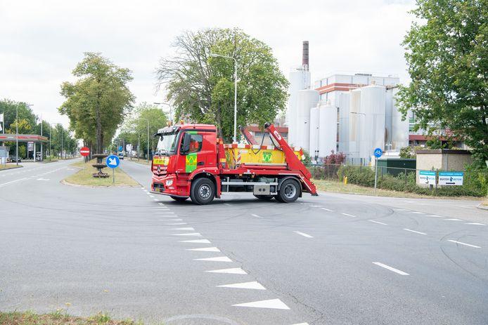 Een truck van recyclingbedrijf Van Werven steekt de Coevorderweg (N377) in Balkbrug over. Dit is een archieffoto uit 2019, inmiddels is de drukke kruising van Coevorderweg en Ommerweg vervangen door een ongelijkvloerse kruising. Daardoor wordt in- en uitvoegen bij Buiter Beton, Van Werven en FrieslandCampina nog lastiger.