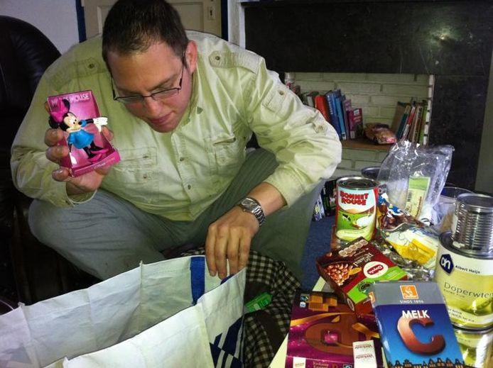 Het aanbod van de voedselbank in Breda valt vandaag de dag tegen, vindt Nico van den Dolder. Uit frustratie gooide hij met een zak snoep in de voedselbank, nu hangt er voor hem een sanctie in de lucht. foto Palko Peeters