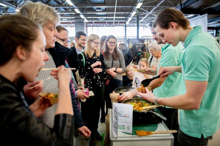Lazy Vegan, die veganistische kant-en-klaar maaltijden produceren, laten hun producten zien op VeggieWorld in de Jaarbeurs, Utrecht.  Beeld Bram Petraeus