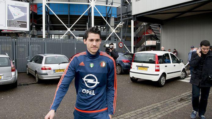 Marko Vejinovic voor het stadion van Feyenoord