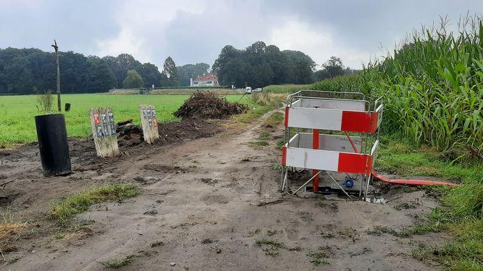 Aan de voet van reservoir Tankenberg Hoog stroomt vervuild drinkwater het maïs in terwijl hogerop de plaatsing van een uv-installatie wordt voorbereid.