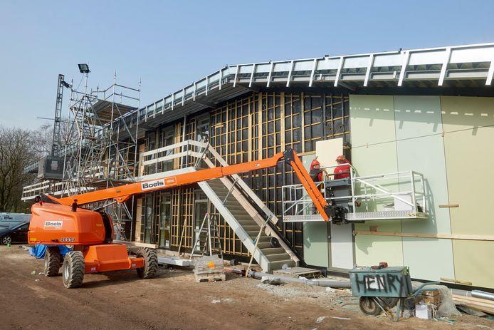 De bouw van het nieuwe ontmoetingsplein Mellepark ligt strak op schema. Al voor de zomer kan er gesport worden, de scholen komen pas bij de start van het nieuwe schooljaar in september.