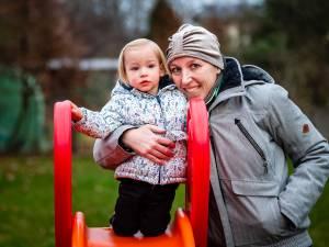 Nele verliest strijd tegen botkanker, maar dankzij geldinzameling kunnen haar man en dochtertje tóch in hun huis blijven wonen