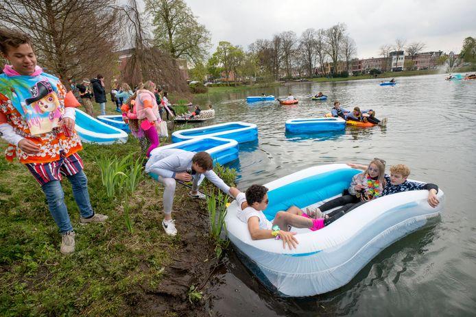 Eindexamenleerlingen van het OLV gaan als eindexamenstunt met opblaasbootjes de Wilhelminavijver op. Na enkele minuten beindigden de politie de ludieke stunt.