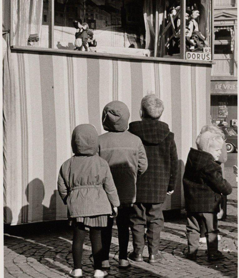 Schreeuwen, roepen, jouwen, springen: alles wat normaal niet mag, mag wel bij de poppenkast Beeld Stadsarchief Amsterdam