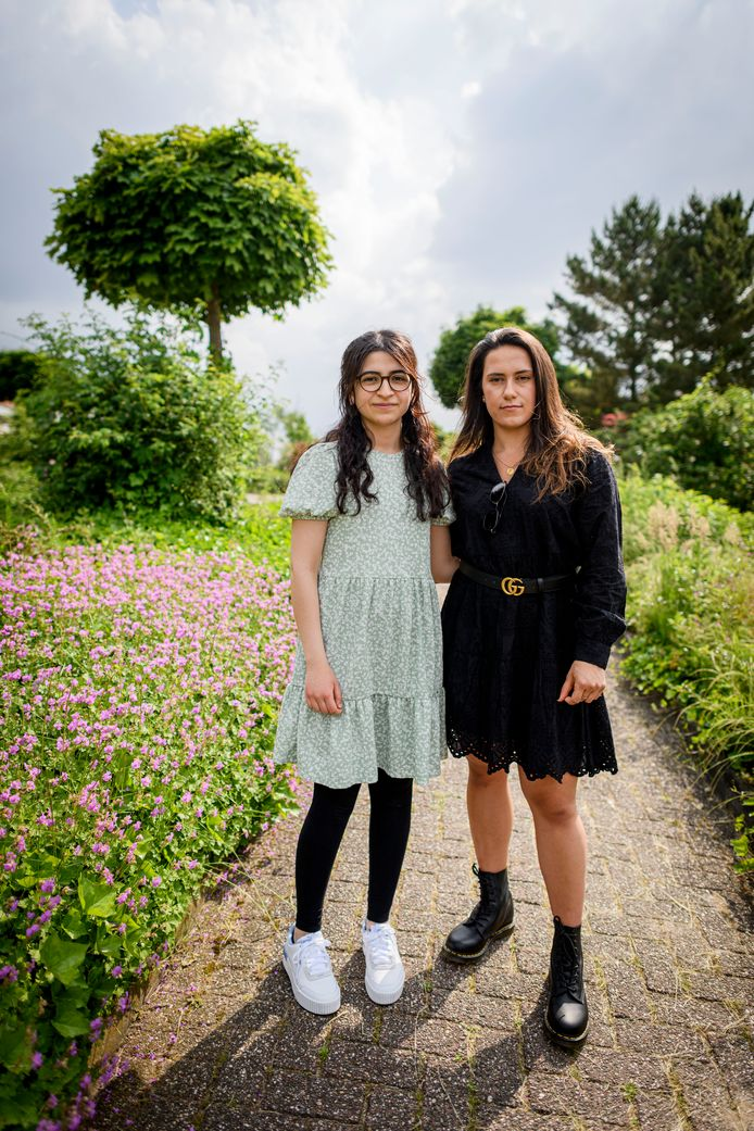 Beyza Cekic (links) en Mèlen Tekirdag zijn petitie gestart omdat ze meer opleidingsplaatsen voor tandartsen willen.