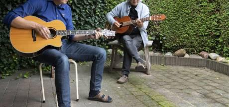 Gitaar Café in Borne wordt na half jaar hervat: 'Neuriën mag volgens mij wel'