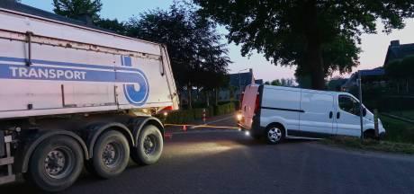 Man rijdt met bestelbus in sloot in Geffen: 'Beetje in slaap gevallen'