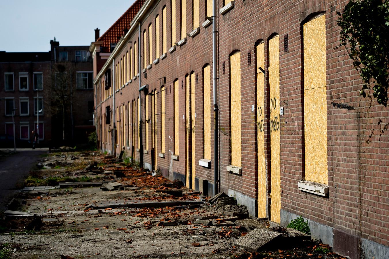 Het aantal nieuwbouwwoningen neemt niet alleen af. Er worden ook sociale huurhuizen gesloopt, verkocht of geliberaliseerd. Daardoor neemt het aandeel sociale woningbouw rap af.