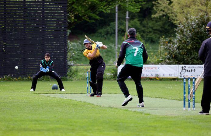 Roel Verhagen, die tot 82 runs kwam, aan bat voor Excelsior'20 tegen Punjab. Suleiman Tariq bowlt.  Wicketkeeper Saqib Zulfiqar staat op de achtergrond.