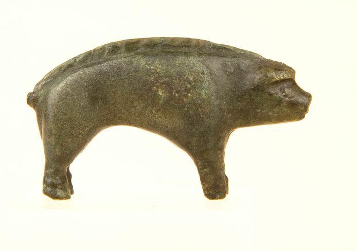 Het zwijntje van massief brons is slechts vijf centimeter groot.