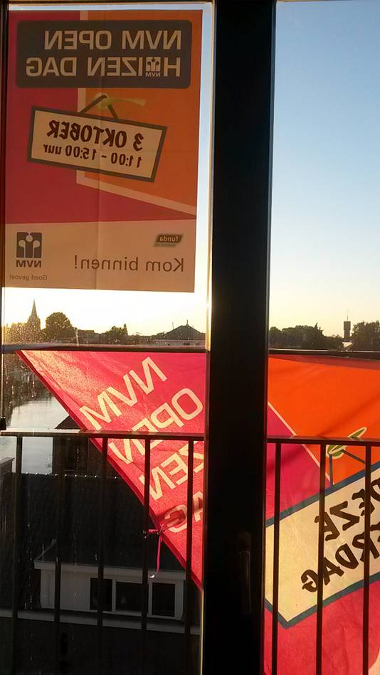 Huizenverkopers, hier in Bodegraven, promoten het Open Huis met posters en vlaggen.