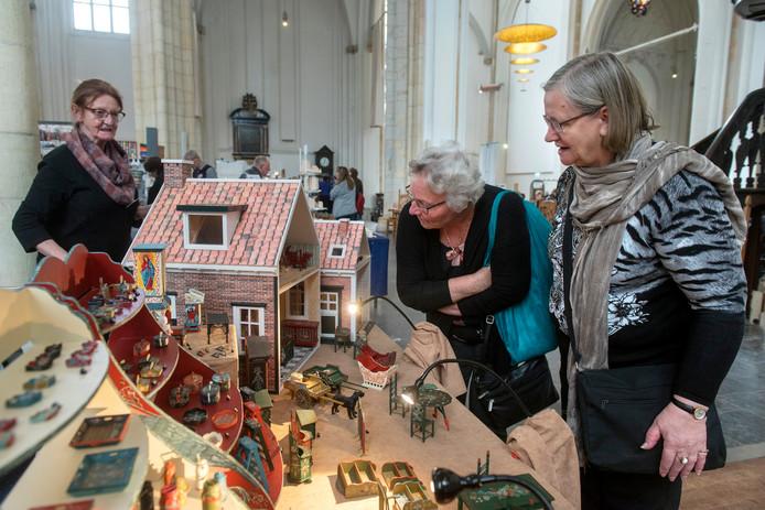 Veel bezoekers van de poppenhuizenbeurs in Arnhem hebben zelf ook een poppenhuis.