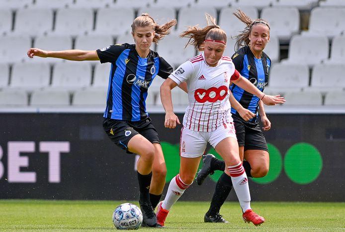 Illustratie: Club Brugge YLA - Standard Femina : Marie Minnaert aan de bal voor Davinia Vanmechelen