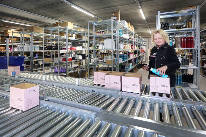 Het logistiek centrum van de beautyproducten van John Beerens