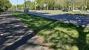 Recherchetekens markeren de plaats in het gras waar Rik van de Rakt zondagochtend gevonden werd. Hij was op weg naar zijn werk in verzorgingshuis Sibelius, gelegen in het groen rechtsboven.