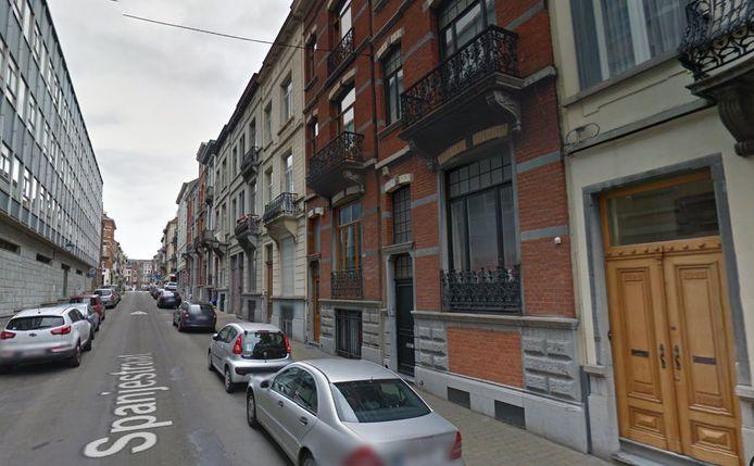 Het appartement in de Spanjestraat waar de brand uitbrak en een nabijgelegen flat zijn onbewoonbaar verklaard.