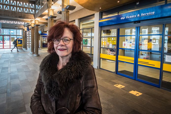"""Marie-José Luttikholt (PvdA) vindt de vroegtijdige ontmanteling van het station Hengelo een zorgelijke ontwikkeling. """"Camerabeelden die in dit station worden gemaakt, worden uitgelezen in Utrecht. Hoe veilig is dat?"""""""