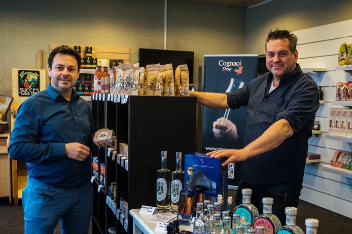 Initiatiefnemers Nicky Verlinden, links, en Gert Menten, in hun Complet Pop-Up Store.