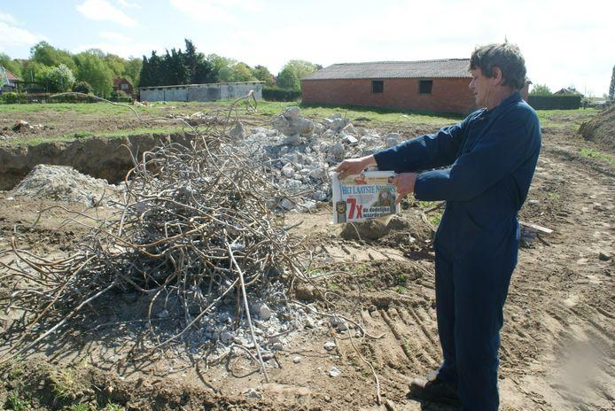 Luc bij de bunkers die enkele jaren geleden in opdracht van de gemeente werden vernield voor de uitbreiding van de ambachtelijke zone.
